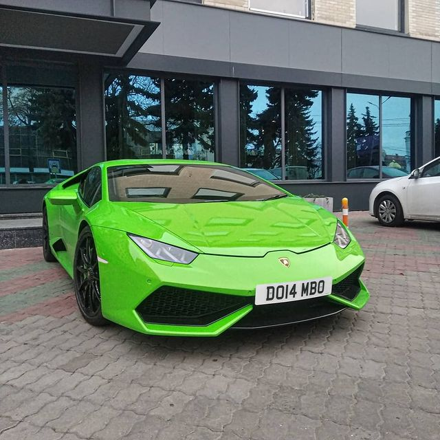 В украинском областном центре заметили яркий суперкар Lamborghini