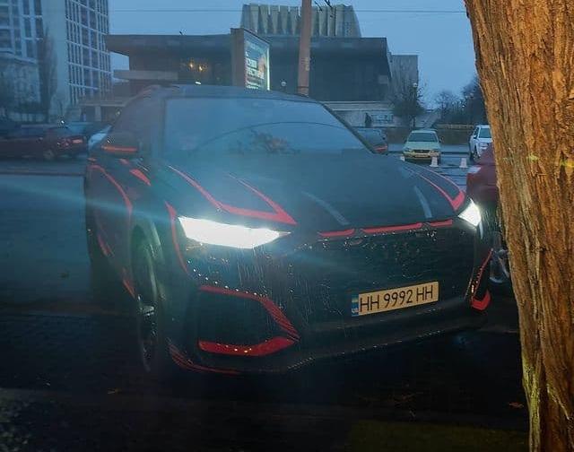 В Украине заметили самый крутой кроссовер Audi очень необычного окраса