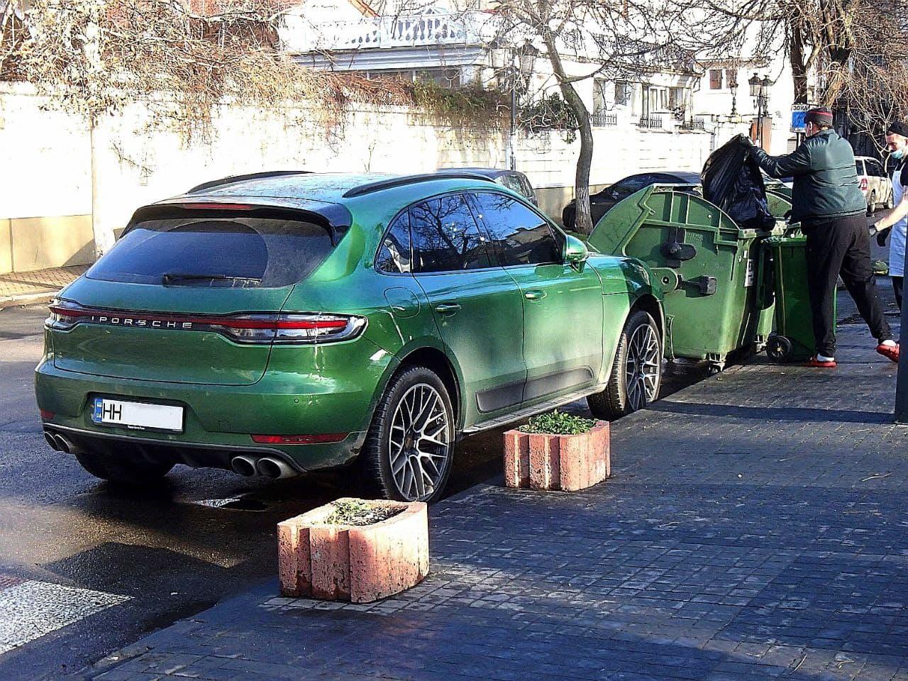 Новость одной картинкой: эксклюзивный Porsche в очень необычном антураже