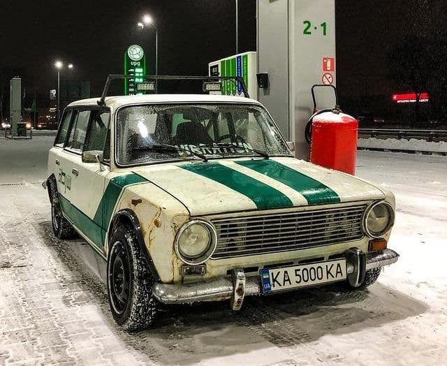 В Украине заметили ржавые Жигули с номером по цене самого авто