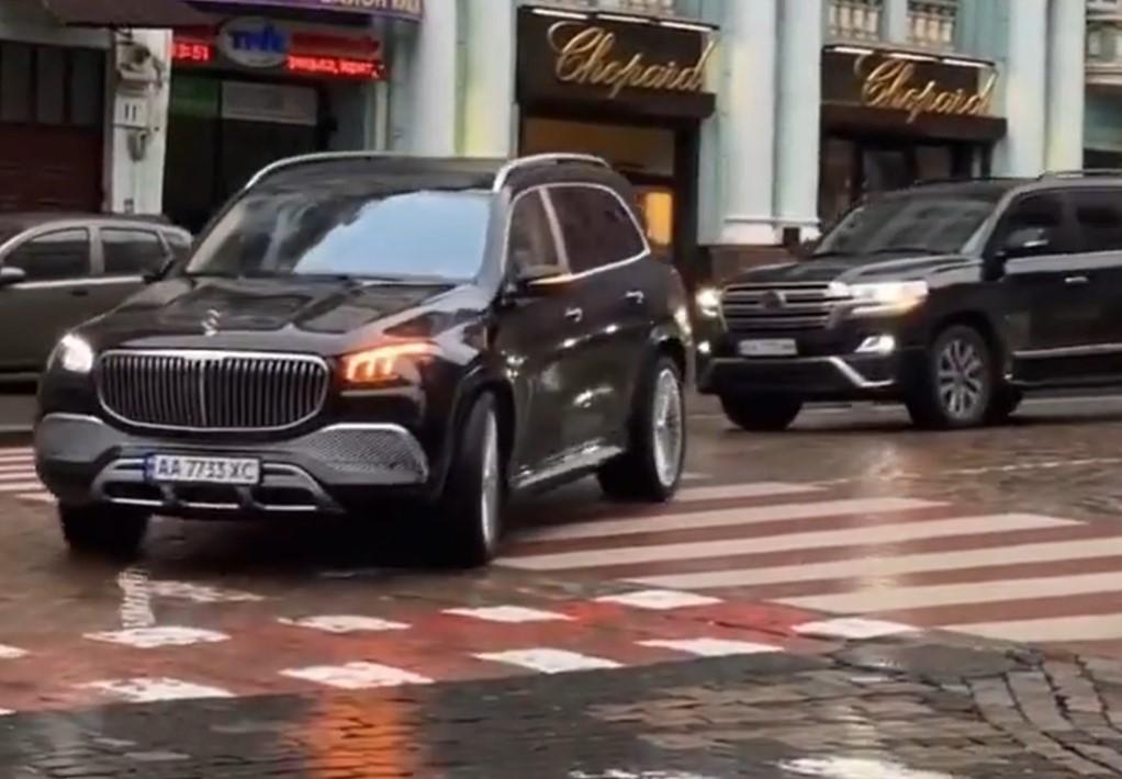 На украинских дорогах впервые заметили новейший внедорожник Майбах (видео)