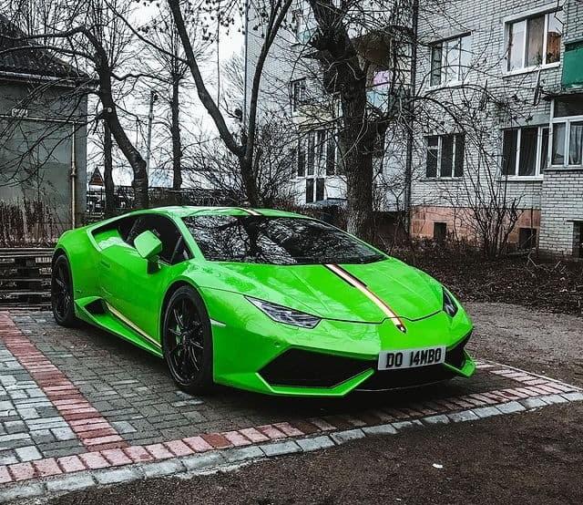 На Западе Украины засняли крутейший суперкар Lamborghini среди хрущевок