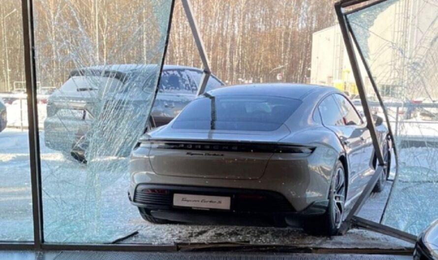Новенький электромобиль Porsche разбили прямо в автосалоне