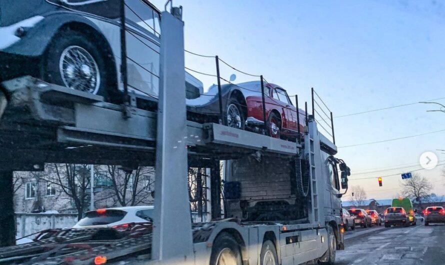 В Украине заметили автовоз с ретро машинами на несколько миллионов долларов