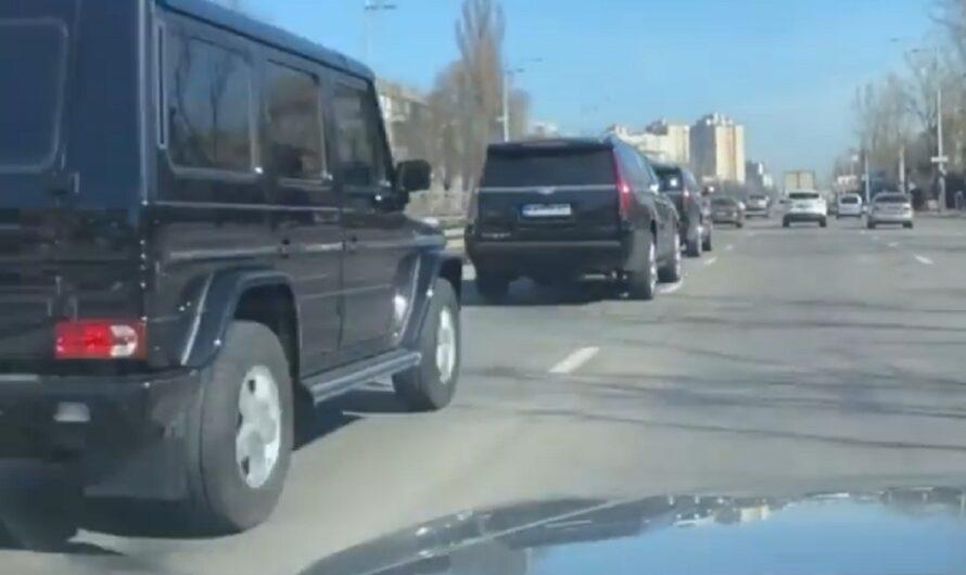 В Киеве заметили впечатляющий кортеж из бронированных внедорожников (видео)