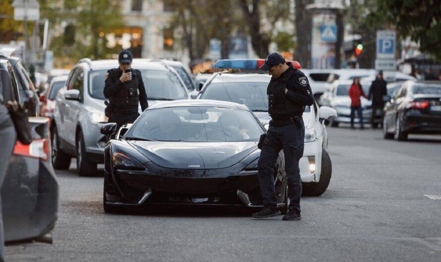В Одессе полицейские остановили суперкар McLaren и фотографировали его