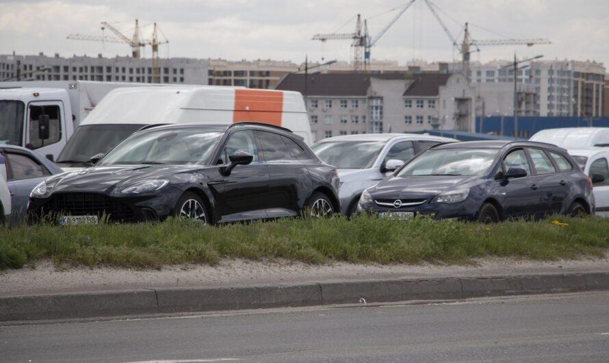 В Киеве попал в ДТП новейший кроссовер Aston Martin DBX