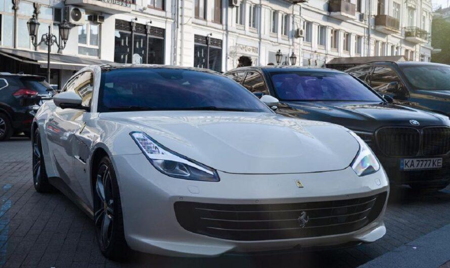 В Украине заметили путешественников на нестандартном суперкаре Ferrari