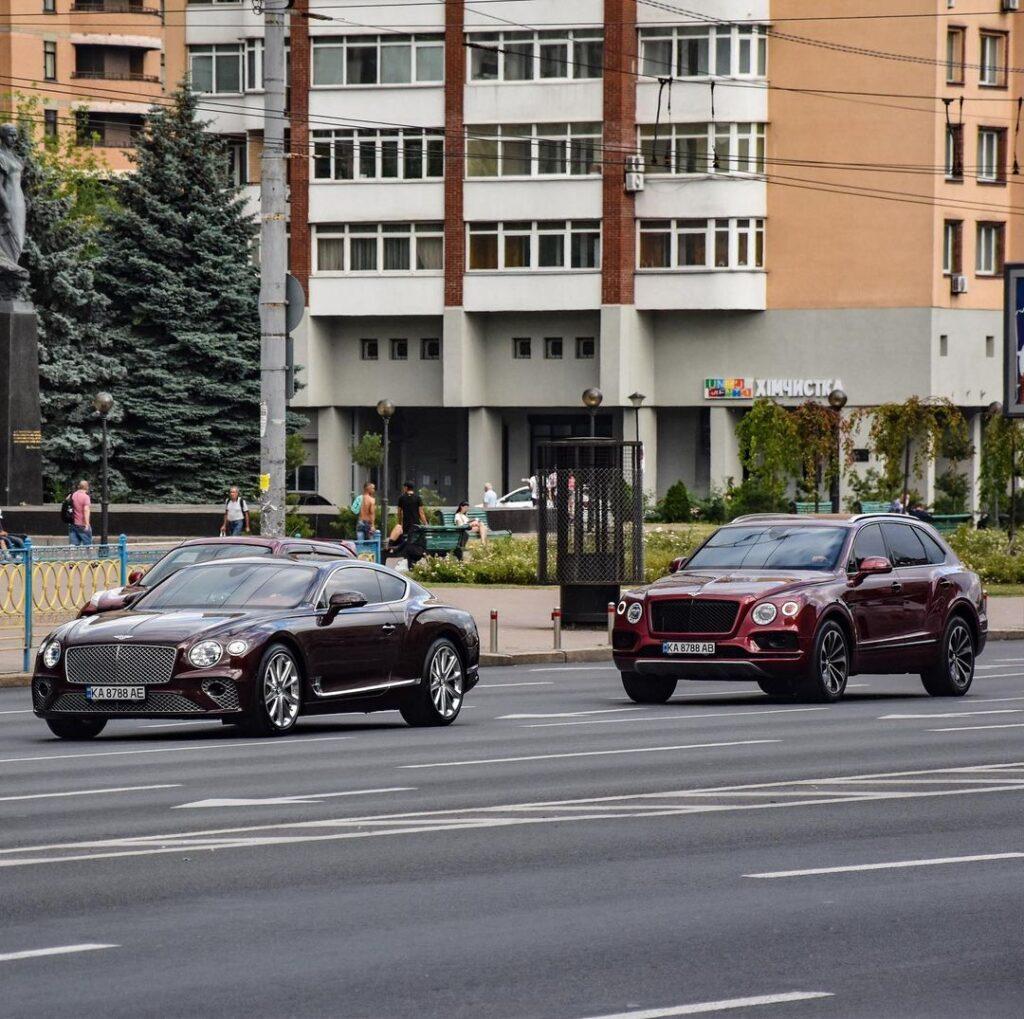 В центре столицы заметили сразу два шикарных Bentley с одинаковыми номерами (ФОТО)