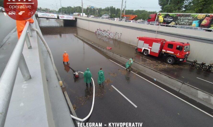 Ливень в Киеве затопил ключевые дороги и даже метро (видео)