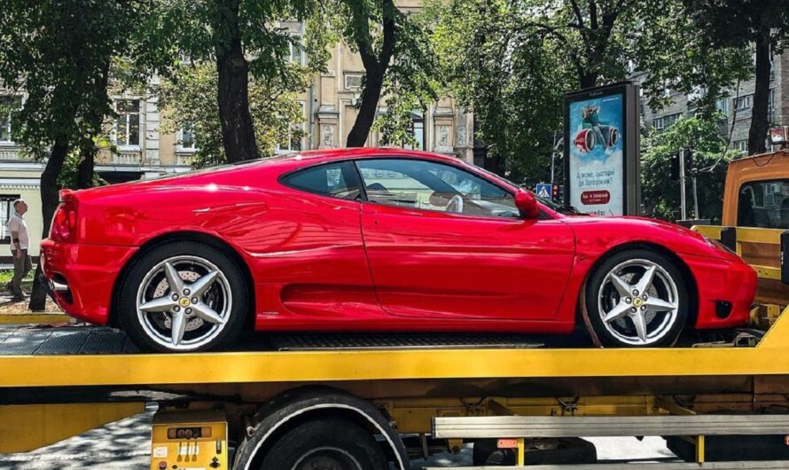 В Киеве заметили классическую Ferrari на эвакуаторе