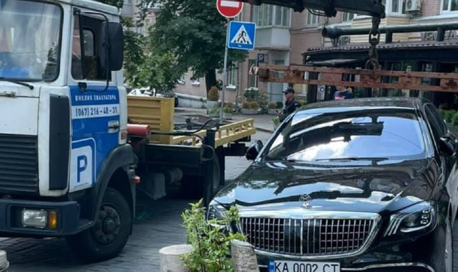 В Киеве эвакуатор забрал на штрафплощадку роскошный Maybach