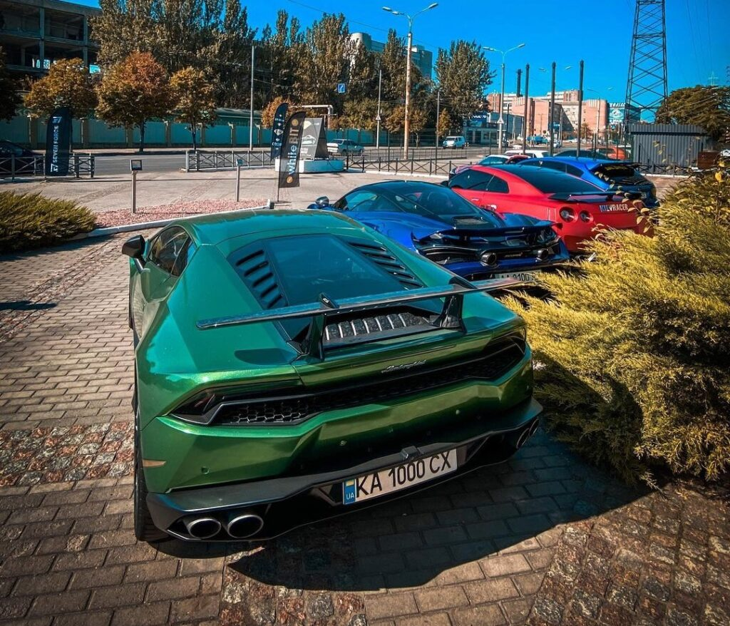 В Украине засняли крутую парковку с суперкарами 2