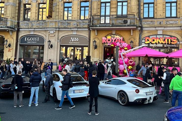 Владельцы суперкаров съехались на открытие немецкой пончиковой в Киеве